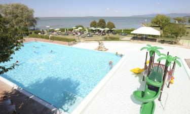 Strand ved Trasimenosøen og poolområde