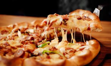 Spis pizza på pladsen