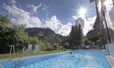 Udendørs swimmingpool, boblebad samt sauna