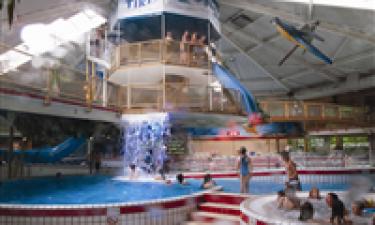 Stort inden- og udendørs poolområde og 4 km til nærmeste badestrand