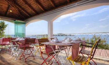 Restaurant og strandbar med havudsigt