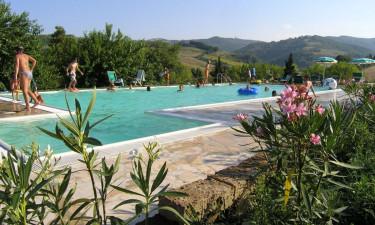 Dejlig pool med udsigt og campingaktiviter