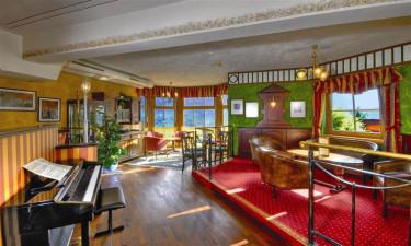 To restauranter og hyggelig pianobar