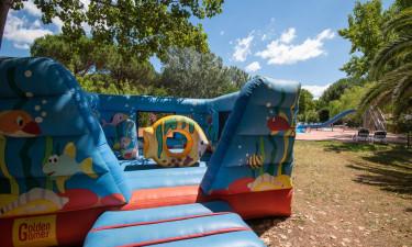 Grøn og hyggelig park med familievenlige faciliteter