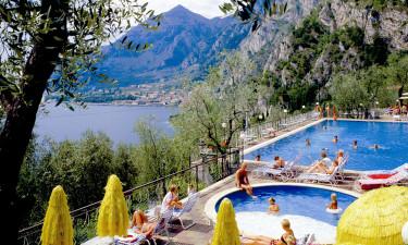 Smukt poolområde med udsigt til Gardasøen