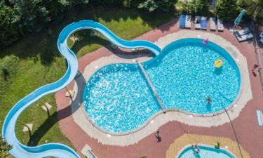 Skønt poolområde med vandrutsjebane