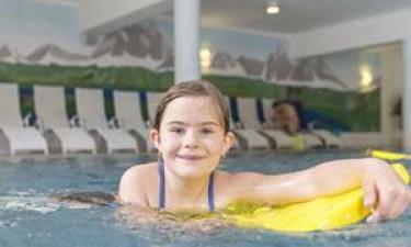 Tag en dukkert eller slap af i indendørs poolområde