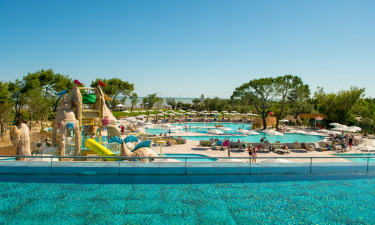 Stort poolområde med rutsjebaner