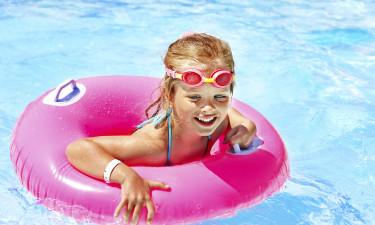 kislány úszik