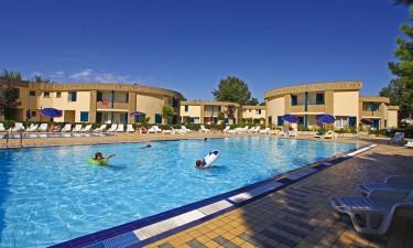 Nyd feriestedets pools og den pragtfulde strand