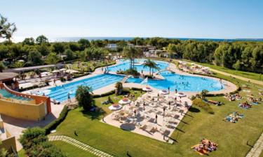 Enormt poolområde og privat strand