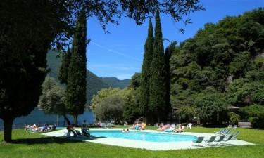 Nyd Comosøens dejlige badevand og feriestedets swimmingpool
