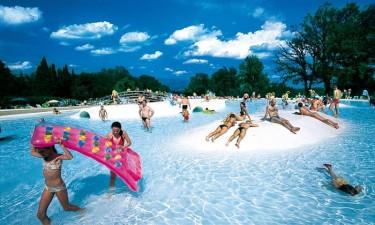 Stort poolområde med rutsjebaner og jacuzzi