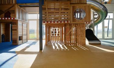 Multibane, indendørs legeplads og børneklub