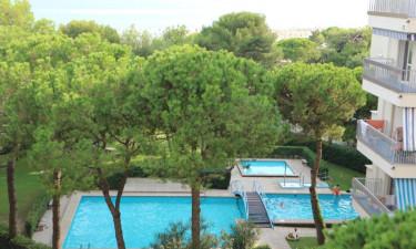 Stort poolområde på feriestedet