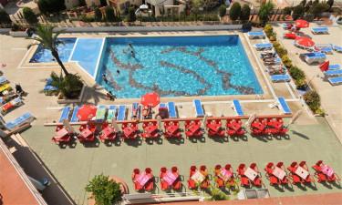Moderne pool og et stenkast fra stranden