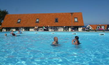 Gudhjem Feriepark har stor pool og central beliggenhed