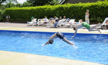 Opvarmet pool og badesø