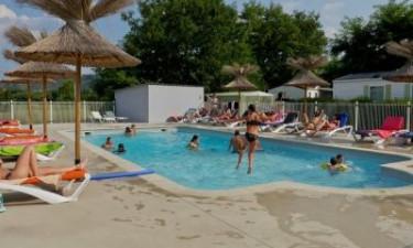 Opvarmet pool og floden La Baume