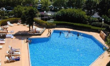 Afslappende poolområde med gåafstand til havet