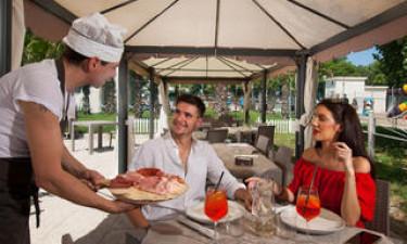 Restaurant, bar og indkøb