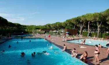 Skønt poolområde og populær sandstrand