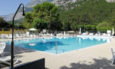 Dejlig pool og have med legeplads