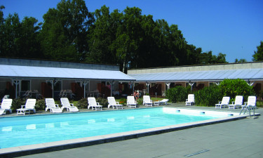 Inden- og udendørs pool samt nærliggende sandstrand