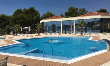 Fantastisk poolområde og direkte til strand