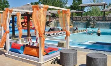 Skønt poolområde med spa samt direkte adgang til strand