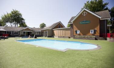 Både inden- og udendørs poolområde