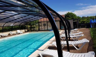 Hyggeligt poolområde med plads til afslapning