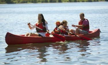Aktiviteter, leg og vandsport ved skøn rekreativ sø