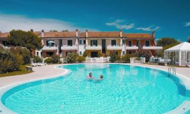 Lækkert poolområde og privat strand